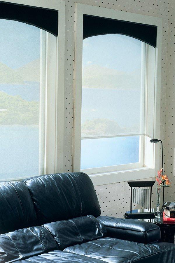 прозрачные рулонные шторы на окнах