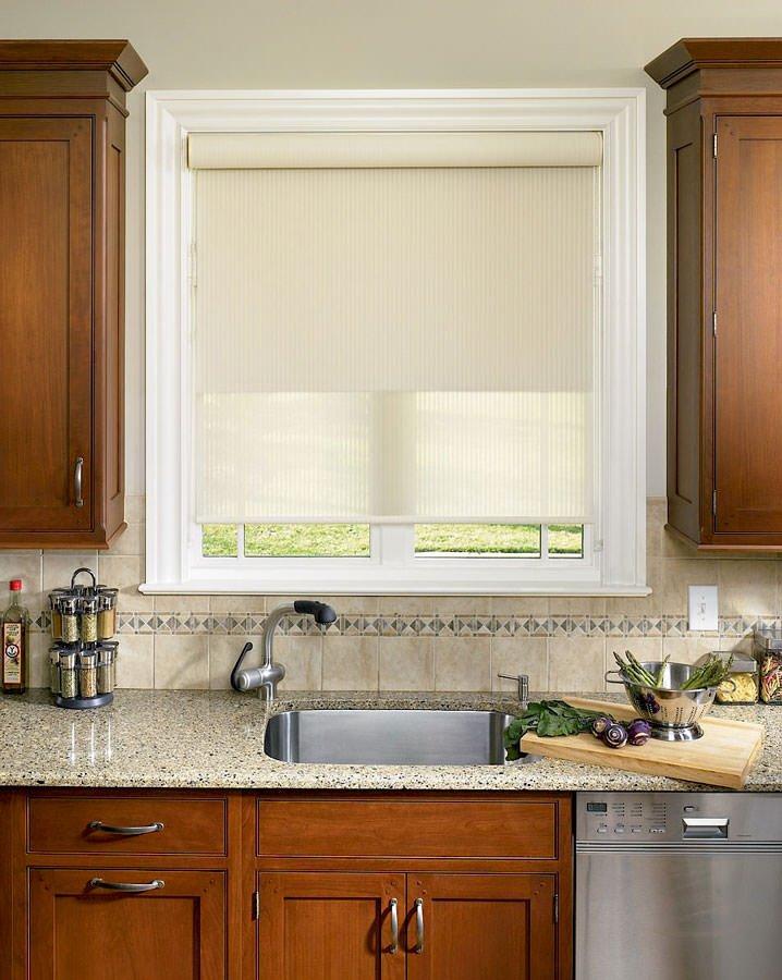 рулонные шторы на окнах кухни